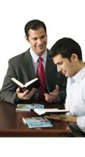 Икӗ арҫын Библи вӗренеҫҫӗ