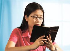 Mwasi moko azali kotánga Biblia