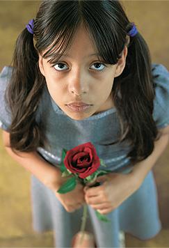 საყვარელი ადამიანის გარდაცვალებით დამწუხრებული გოგონა