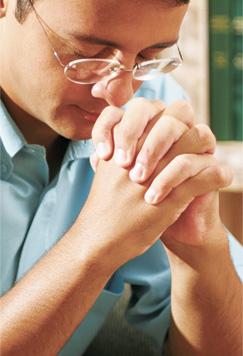 प्रार्थना गरिरहेको मानिस