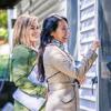 Dve Jehovove svedkyne sú vo zvestovateľskej službe. S úsmevom klopú na dvere.
