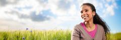 Egy boldog nő egy mezőn