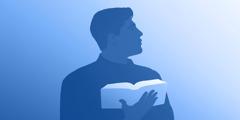 رجل يمسك بكتاب مقدس مفتوح