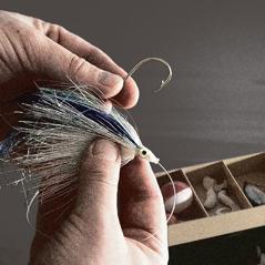 Rybár vyberá návnadu na háčik