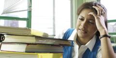 学校でストレスを感じている女の子