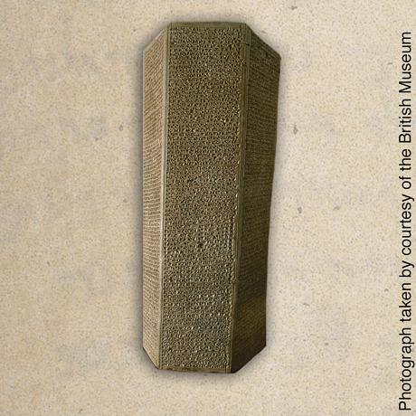 Um prisma de pedra contendo expressões soberbas de Senaqueribe