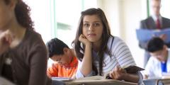 გოგონა საკლასო ოთახში