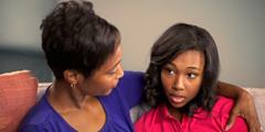 Seorang ibu menghibur remaja putrinya yang stres
