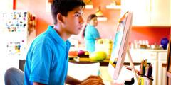 En mor ser sin søn surfe på internettet