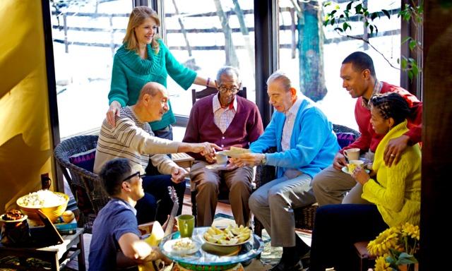 Farklı yaşlardan ve kültürlerden insanların olduğu bir arkadaş toplantısı