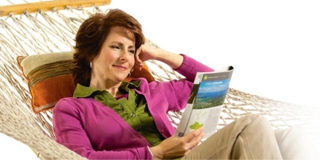 Uma mulher tira tempo para relaxar lendo uma revista