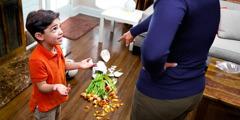 Малыш отрицает, что разбил вазу