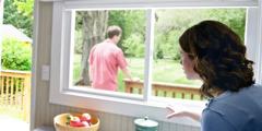 Uma esposa preocupada olha para seu marido doente