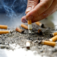 Eine Zigarettenkippe wird ausgedrückt