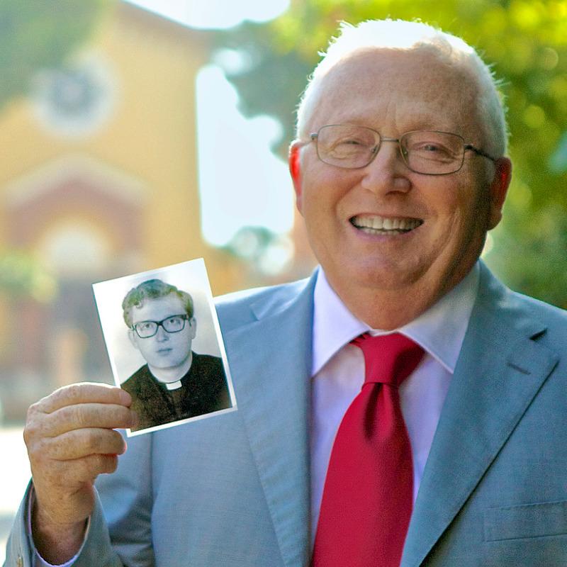Antonio dela Gata drži svoju fotografiju kada je bio sveštenik