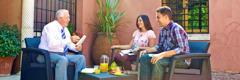 Антонио дела Гата ја проучува Библијата со млад брачен пар