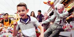 Een jongetje dat rondrent in de supermarkt en een oudere man omverloopt