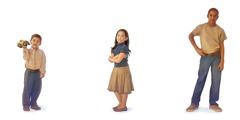 1. En fyraårig pojke håller en leksak; 2. En femårig tjej med armarna i kors; 3. En tolvårig kille med händerna i sidan.