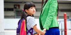 En liten flicka med sin mamma i Asien.