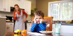 Un petit garçon qui refuse d'obéir à sa maman