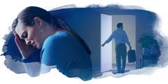 Der Ehemann steht mit Koffer in der Hand in der Tür. Seiner Frau im Vordergrund steht der Schmerz ins Gesicht geschrieben, weil er sie verlässt.