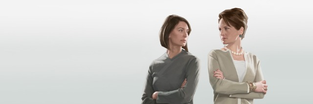 Dos mujeres se miran enojadas