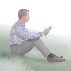 En mann som leser i Bibelen