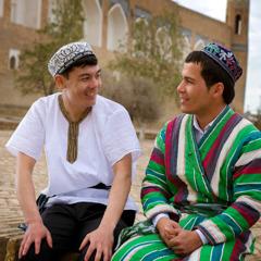 Azibambo awiri avala zovala zachikhalidwe za ku Uzbekistan