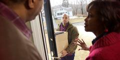 Γονείς ανοίγουν την πόρτα στον ενήλικο γιο τους καθώς αυτός επιστρέφει στο πατρικό του