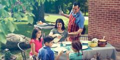 Радостная семья вместе обедает на террасе