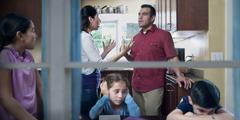 Fortvilte barn som hører på foreldrenes krangling