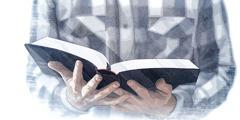 1人の男性が聖書を読んでいる