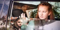 Κορίτσι στενοχωριέται που βλέπει τη φίλη της να μετακομίζει