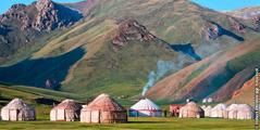 Jurter i Tash Rabat-dalen i Kirgisistan