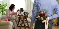 아내에게 깜짝 선물로 꽃을 준비한 남편