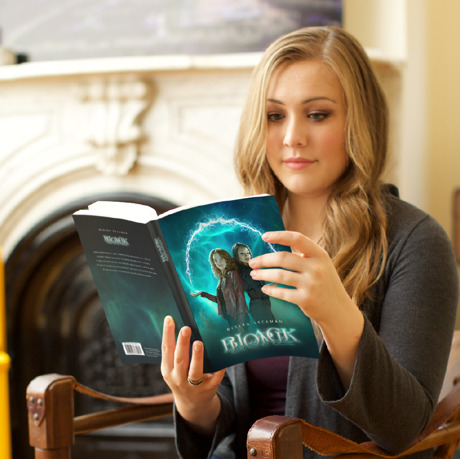 Uma mulher lê um livro sobre coisas sobrenaturais