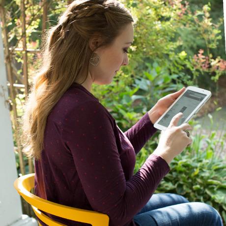 Uma mulher olha o site jw.org