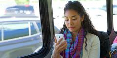 خانمی به گوشی موبایلش نگاه میکند