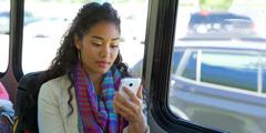 Femeie care se uită la dispozitivul ei electronic
