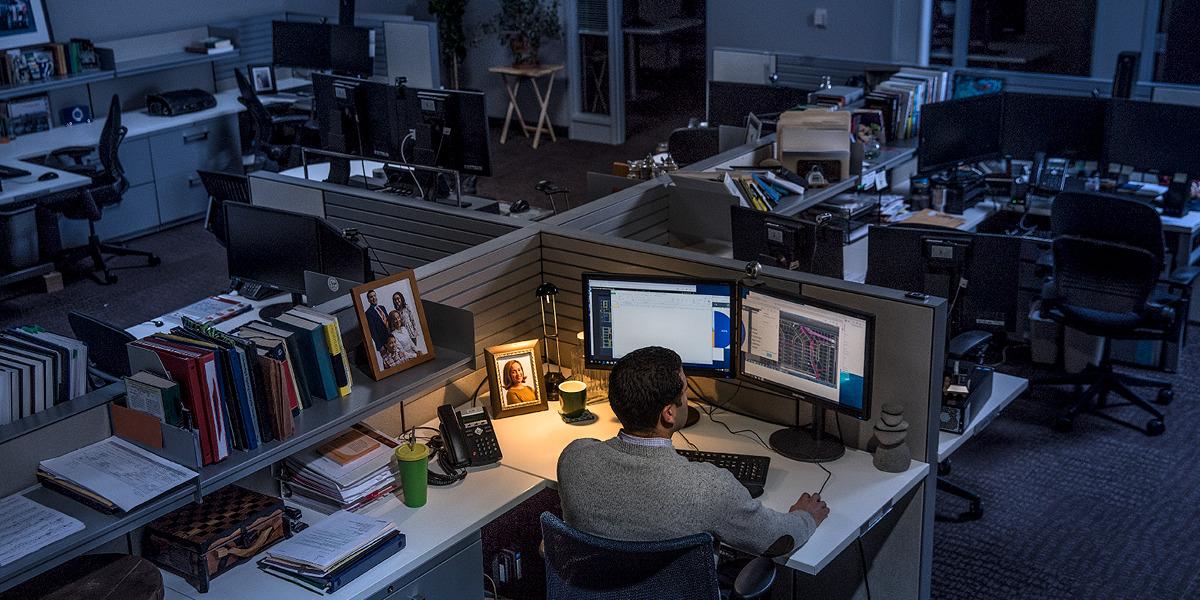 Um homem trabalhando até bem tarde da noite