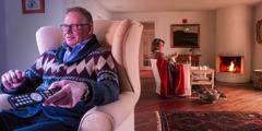 Enquanto o marido vê TV a esposa faz tricô