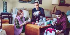 משפחה מכינה אספקה לשעת חירום