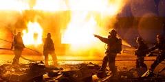 رجال اطفاء يطفئون حريقا