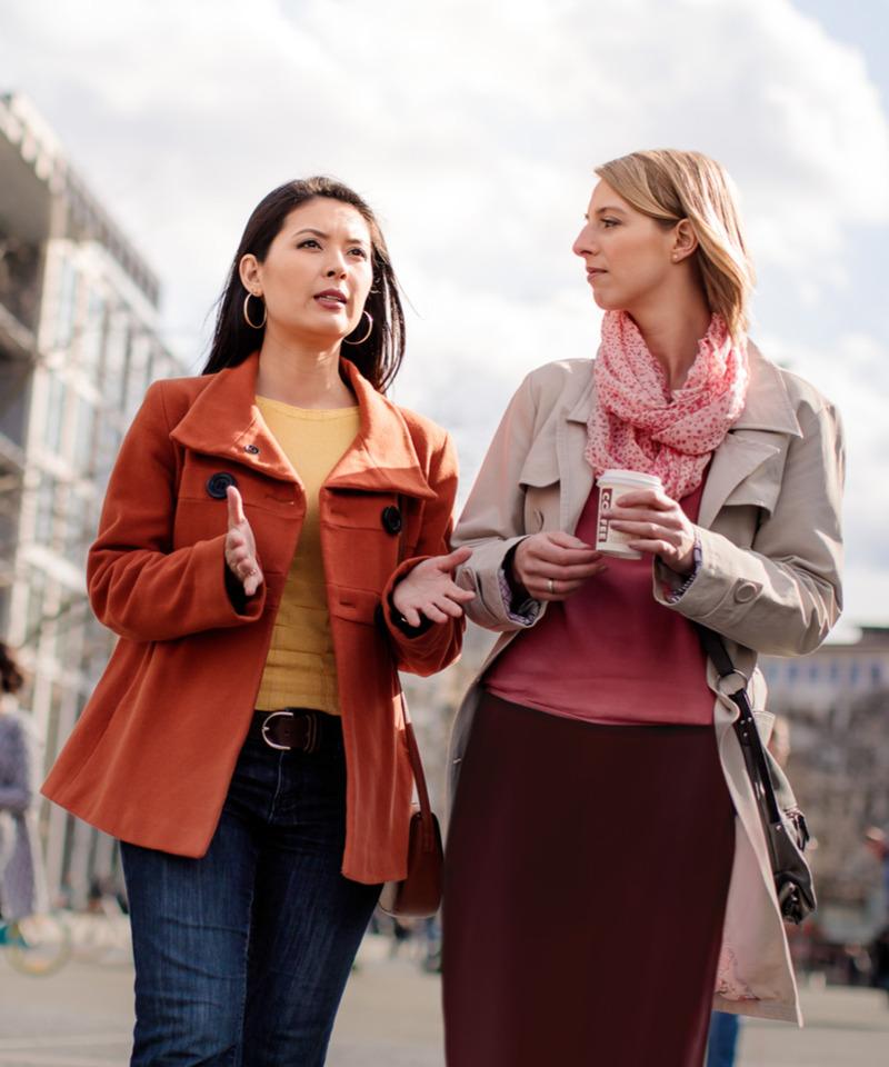 Una mujer de duelo hablando con una amiga
