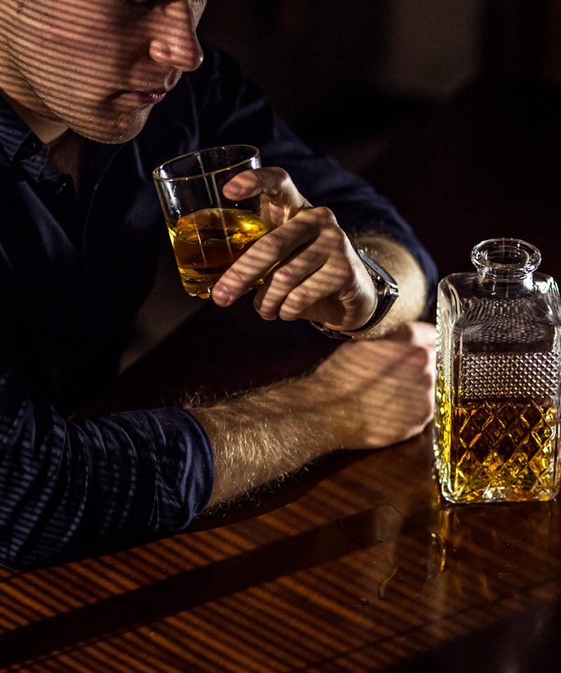 Un hombre bebiendo alcohol