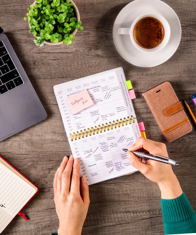Una mujer planificando su rutina con un calendario