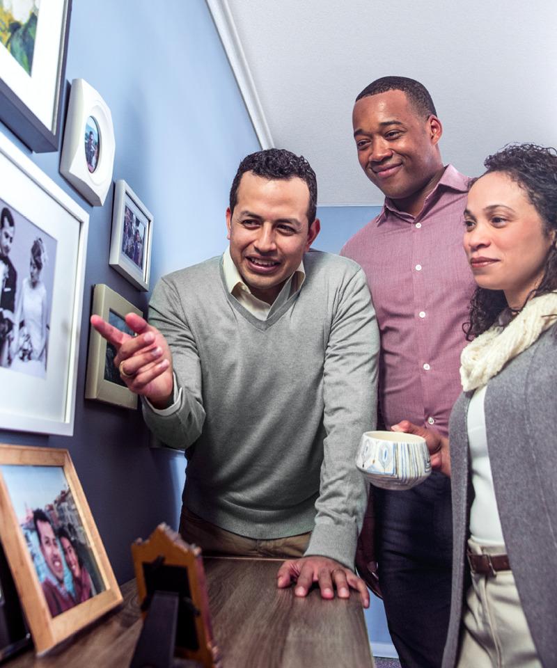 Un hombre muestra a sus amigos fotografías de su esposa fallecida