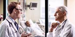 Twee Doktasch beroden sikj butakaunt Stow von eenen Maun em Hospitol
