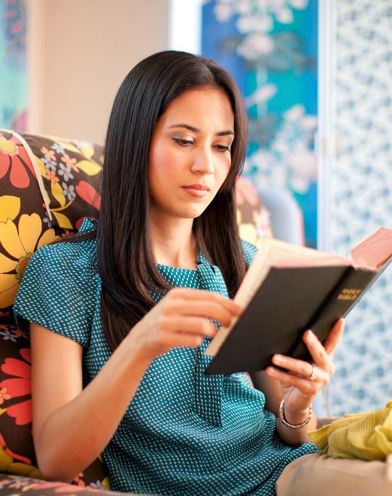 Una mujer leyendo la Biblia