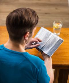Čovek čita Bibliju